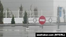"Köçede ýörite ""stop"" yşaraty-da goýlupdyr."