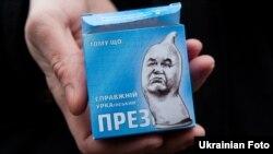 Такі презервативи роздавали активісти на Майдані до дворіччя президентства Януковича