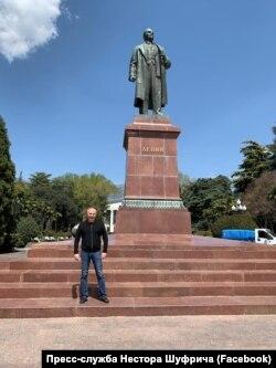 Nestor Şufriç Qırımdaki Lenin abidesi ögünde