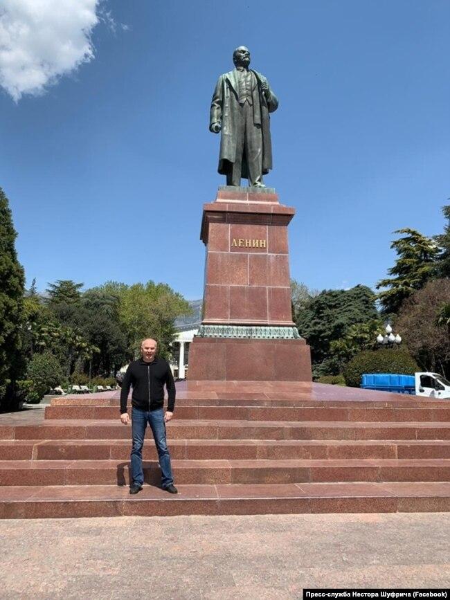Нестор Шуфрич возле памятника Ленину в Крыму