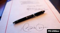 Подпись Барака Обамы под отчетом о первом годе президентства США