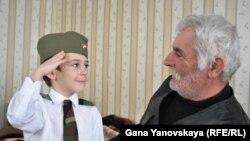 Несмотря на трудности, которые ему пришлось пережить, капитан Аузби Козаев мечтает увидеть своего внука офицером