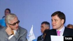 Глава РСПП Александр Шохин (слева) заключает союз с единороссом Владимиром Груздевым