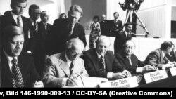 Хэльсынскія пагадненьні падпісваюць канцлер ФРГ Гельмут Шміт, старшыня Дзяржаўнага Савету ГДР Эрых Гонэкер, прэзыдэнт ЗША Джэральд Форд і аўстрыйскі канцлер Бруна Крайскі