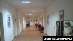 Фотографии в коридоре в офисе Коммунистической партии в Праге.