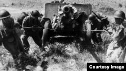 Вооружённый карабинами Мосина артиллерийский расчёт одной из частей армии КНДР выводит орудие ЗИС-3 на позицию, 20 августа 1950 г.