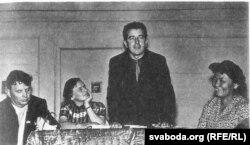 Рыгор Барадулін выступае ў Туве. Зьлева Максім Танк. 1964 год.