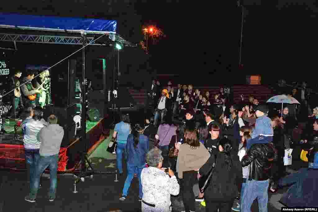 Последним на пути нашего ночного «марш-броска» был Музей народных музыкальных инструментов имени Ыхыласа. Перед ним была оборудована сцена, на которой выступали участники концерта звезд казахстанской эстрады. Этот музей в «Ночи музеев» участвует третий год.