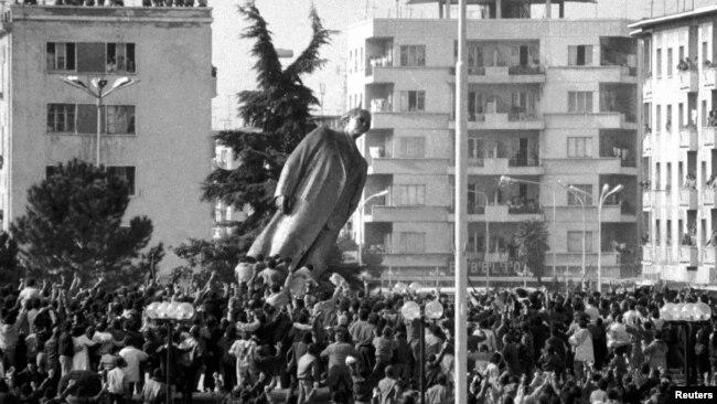 Statuja e Enver Hoxhës u rrëzua në shkurt të vitit 1991, Tiranë, Shqipëri.