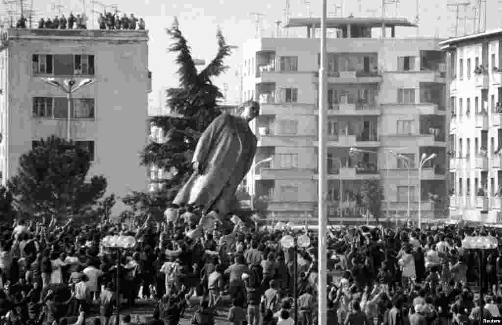 Бронзова статуя на албанския диктатор Енвер Ходжа е свалена след антикомунистическата революция, която започва през 1990 г.