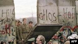 Günbatar Berliniň ýaşaýjylary ýykylýan Berlin diwarynyň öňünde, 11-nji noýabr, 1989-njy ýyl.