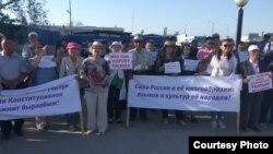 Акция протеста против отказа от обязательного изучения якутского языка в школах, пригород Якутска, 7 июня 2018 года.