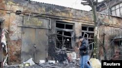 На снимке: дом, разрушенный в результате обстрела.