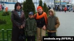 Крысьціна Шацікава зь дзецьмі і сваёй маці Сьвятланай (яна зьлева)