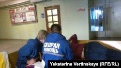 Врачи скорой помощи оказывают помощь одной из участниц голодовки в Братске, 30 апреля 2016 года