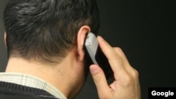 Телефонмен сөйлесіп тұрған адам. Қырғызстан. (Көрнекі сурет)