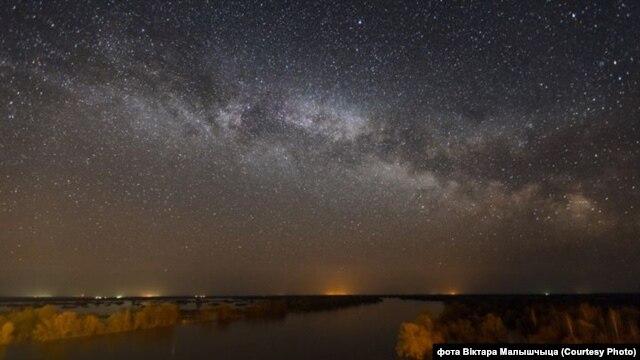 Зорнае неба над ракой Прыпяць, фота Віктара Малышчыца