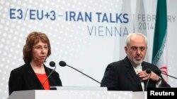 Catherine Ashton dhe ministri i jashtëm iranian Javad Zarif duke dhënë deklaratë për media pas takimeve në Vjenë
