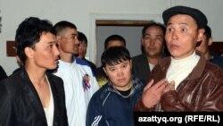 """Қытайлық Sinopec Engineering компаниясының мердігері """"Евразия строй капитал 2007"""" жұмысшылары наразылық білдіріп тұр. Атырау, Балықшы ықшам ауданы, 3 мамыр 2012 жыл."""