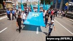 Демонстрация крымских татар в Симферополе перед общекрымским траурным митингом. 18 мая 2011 года