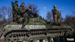 Боевики ДНР на танке в селе Заиченко в 10 км от Мариуполя