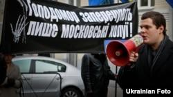 Прихильники ВО «Свобода» пікетують адміністрацію президента, вимагаючи від Віктора Януковича вибачитися за заперечення того, що Голодомор 1932–33 років є геноцидом. Київ, 26 листопада 2010 року