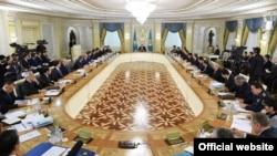 Расширенное заседание правительства Казахстана с участием президента Нурсултана Назарбаева. Астана, 18 ноября 2015 года.