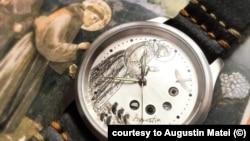 Efigia Sf Francisc, detaliu dintr-o frescă a lui Giotto, se regăsește pe ceasul făcut de un artist român pentru Papa Francisc