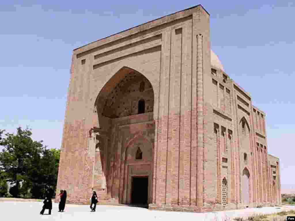 آرامگاه امام محمد غزالی، که در تصاویر میبینید نیز در هارونیه است