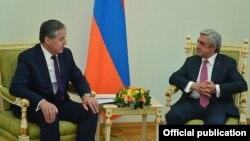 Президент Армении Серж Саргсян (справа) принимает министра иностранных дел Таджикистана Сироджиддина Аслова, Ереван, 2 июля 2016 г.
