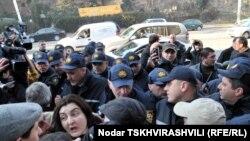 Провоохранители не разрешили сегодня провести акцию тем гражданам, которые намеревались выразить поддержку участникам акции ветеранов, задержанных 3 января