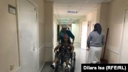 Жупар Есмагамбетову везут на обработку раны в больнице.