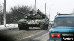Донецкінің шығысындағы Харцызск қаласында танкімен жүрген ресейшіл сепаратистер. Украина, 7 желтоқсан 2014 жыл.