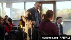 На прэзэнтацыю завітаў намесьнік старшыні гарвыканкаму Пятро Падгурскі (стаіць, у цэнтры)