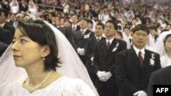 Станислав Шушкевич (вне кадра) предпочел корейскому Муну немецкого папу. Церемония массового бракосочетания адептов Церкви объединения