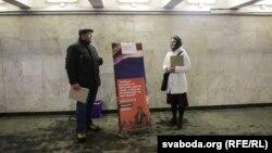 Наста Гусева падчас збору подпісаў за беларускую мову на выхадзе са станцыі мэтро «Плошча Леніна»