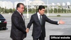 Эмомали Рахмон и его туркменский коллега Гурбангулы Бердымухамедов. Архивное фото