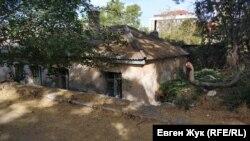 Соседний дом врос в землю почти по крышу
