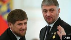 Адам Делимханов (ўнгда) Чеченистон президенти Рамзан Қодиров билан.