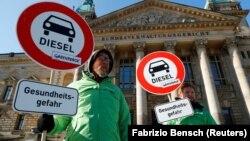 Disa persona duke protestuar para gjykatës federale në Leipzig, Gjermani.