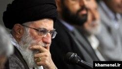 یکی از پاهای چوبین سیاست «فشار در برابر فشار» آقای خامنهای محروم بودن دولت او از کاربرد اهرمهای مالی، اقتصادی و تجاری برای اعمال فشار نرم علیه آمریکاست.