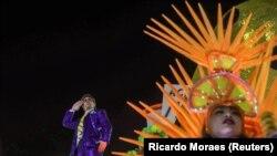 Glumac Marcelo Adnet imitira desničarskog predsednika Žaira Bolsonara na karnevalu u Riju, 24. februar 2020.