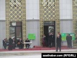 На избирательном участке в Ашгабате в день выборов президента Туркменистана. 12 февраля 2012 года.