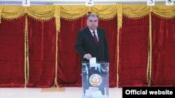 Президент Таджикистану Емомалі Рахмон голосує на парламентських виборах 1 березня 2020 року