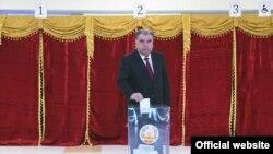 Президент Таджикистана Эмомали Рахмон голосует на парламентских выборах 1 марта 2020 года.