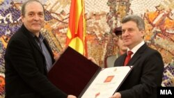 Директорот на Скопскиот џез фестивал Оливер Белопета го прима одлуквањето од претседателот Ѓорге Иванов.