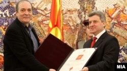"""Претседателот Ѓорге Иванов го одликува Скопскиот џез фестивал со """"Повелба на Република Македонија"""" за исклучителни резултати во тридецениското организирање."""