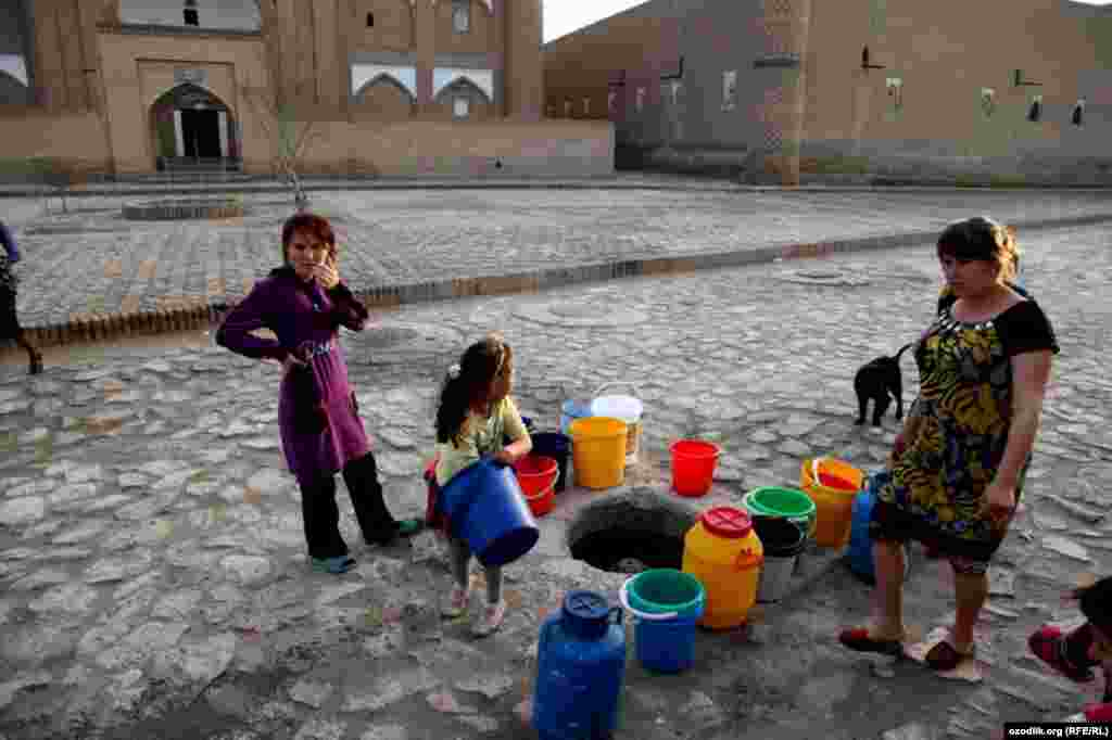 Women wait to fill their buckets in Uzbekistan.