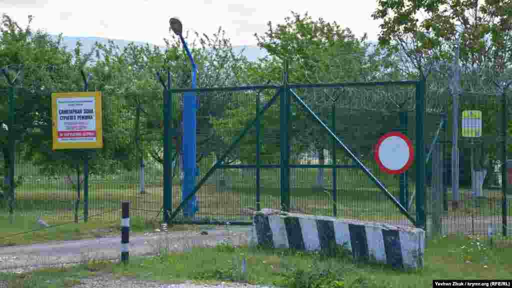 Головний контрольно-пропускний пункт для в'їзду на охоронювану територію навколо водосховища розташований поруч із храмом