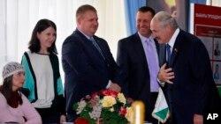 Натальля Гарачка (зьлева) ня ўстала і не павітала Аляксандра Лукашэнку на выбарчым участку № 1. Фота: Сяргей Грыц.